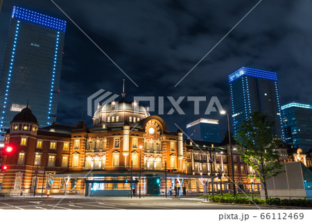 東京駅舎のライトアップと街並み夜景(東京都千代田区丸の内)2020年5月 66112469