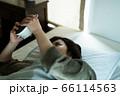 寝坊した女性 66114563