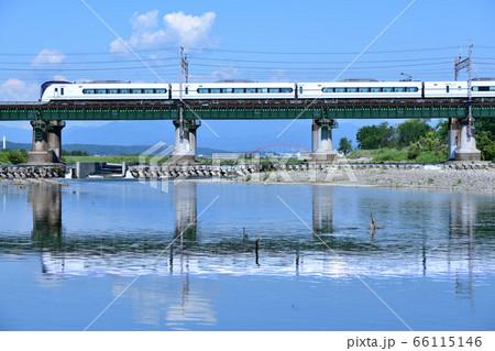 水鏡になった多摩川橋梁を渡るE353系中央線特急電車 66115146