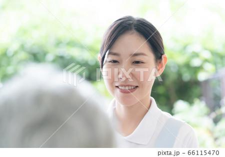 女性 介護職員 デイサービス お迎え 66115470