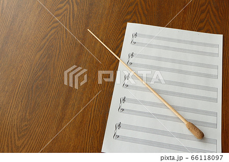 テーブルの上の指揮棒と楽譜 66118097