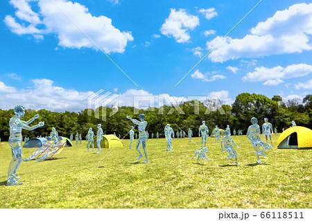 晴天の芝生の公園で遊ぶ大勢のガラスの人間 ガラスヒューマンシリーズ 66118511