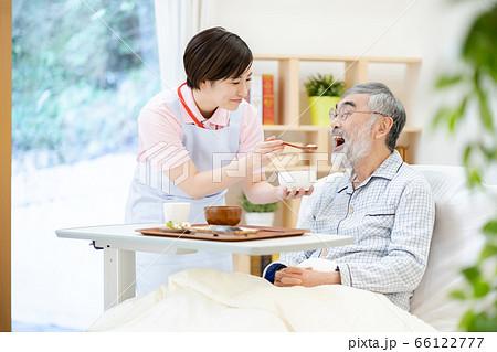 介護イメージ 食事  シニア デイケア 介護福祉士 老人ホーム 66122777