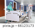 フェイスシールドをして防護服を着た医療従事者が緊急搬送された感染者をストレッチャーで病室まで運んでい 66123173