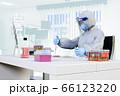 フェイスシールドをして防護服を着た医療従事者がワクチン開発をしている 66123220