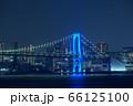 青色にライトアップされたレインボーブリッジ 66125100