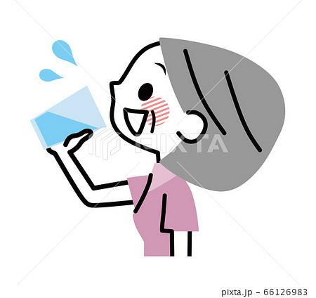 水を飲むシニア女性 水分補給 66126983