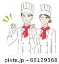 ガッツポーズするカップル 66129368