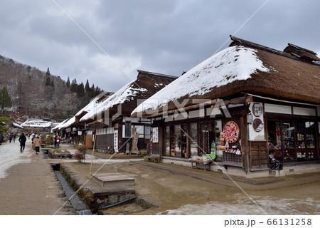 茅葺き屋根に残雪をいだく南会津大内宿の新年 66131258