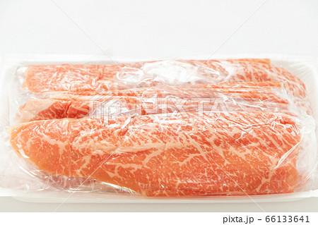包装フィルムに包まれた状態の牛肉(国産黒毛和牛モモしゃぶしゃぶ用)。 66133641