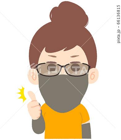 サングラスとフェイスマスクで日焼け対策する女性 66136815