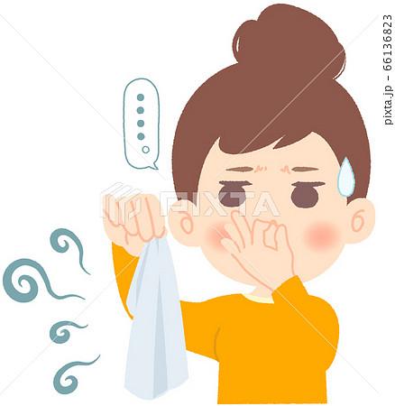 ニオイのする衣類に思わず鼻をつまんで絶句する女性 66136823