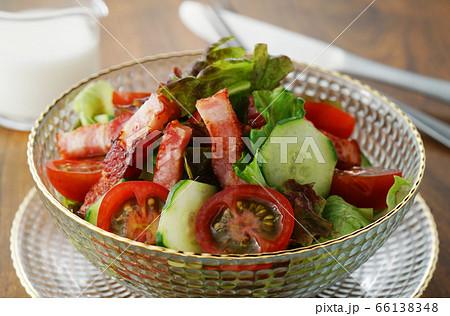 レタス、トマト、キュウリと厚切りベーコンのサラダ 66138348