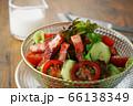 レタス、トマト、キュウリと厚切りベーコンのサラダ 66138349