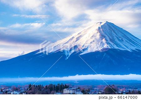 河口湖から見た朝日を浴びる富士山 【山梨県】 66147000