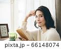 読書 若い女性 66148074