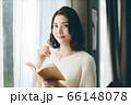読書 若い女性 66148078