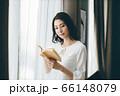 読書 若い女性 66148079