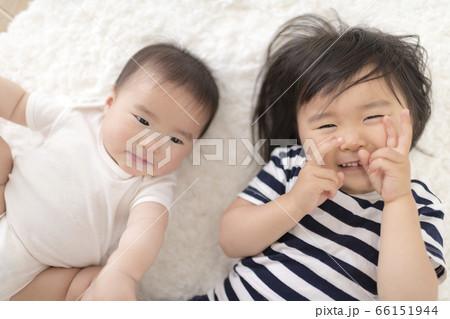 リビングのカーペットの上で遊ぶ姉妹 66151944
