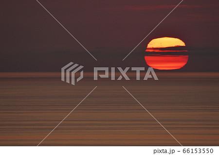 知床の海に沈む変形した太陽(北海道) 66153550