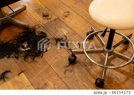 切った髪が床に落ちているイメージ 66154173