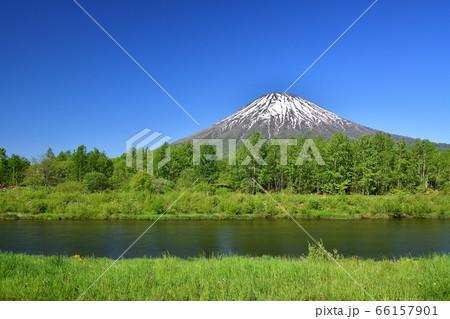 初夏の北海道京極町で残雪の羊蹄山と尻別川の風景を撮影 66157901