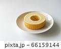 白いお皿にのったバウムクーヘン【白背景】 66159144