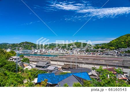 《広島県》尾道中心街の街並み・初夏の青空《向東町より》 66160543