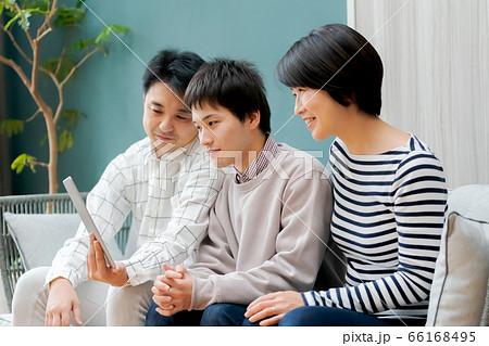 タブレットでネット動画を楽しむ家族 66168495