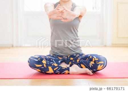 トレーニングウェアを着て腕のストレッチをする女性(首から下) 66170171