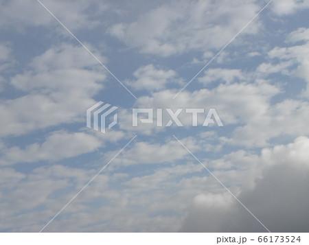 六月の青い空と白い雲 66173524