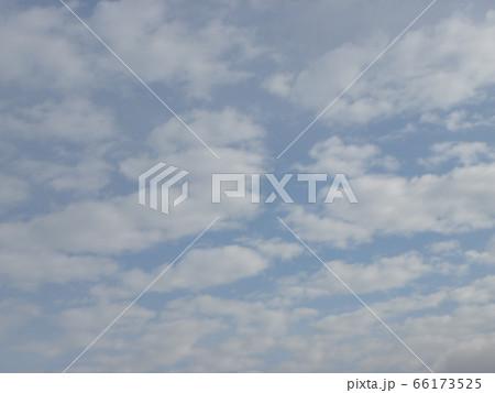 六月の青い空と白い雲 66173525