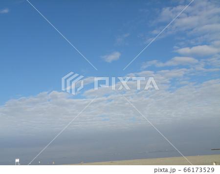 六月の青い空と白い雲 66173529