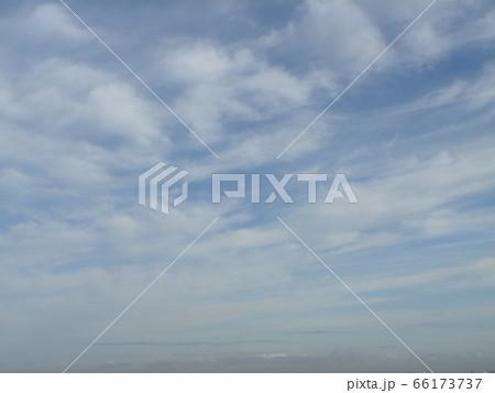 六月の青い空と白い雲 66173737
