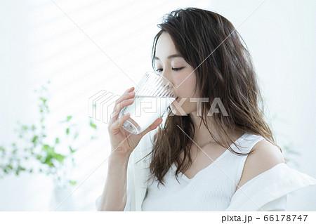 女性 朝 水を飲む 66178747