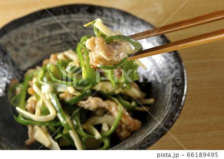 湯気昇る旬の筍とピーマンをたくさん使ったシンプルなチンジャオロースを箸でつまみ食べる瞬間 66189495