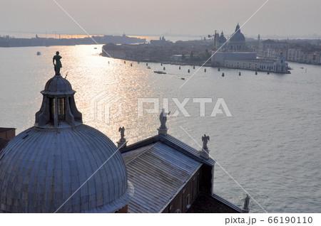 ヴェニス サン・ジョルジョ・マッジョーレ教会の塔からジュディカ運河の眺望 66190110