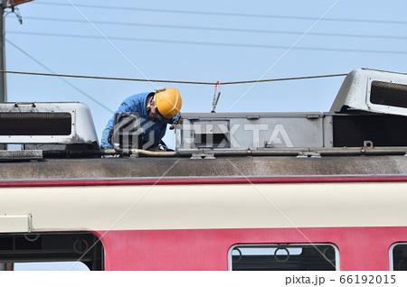 神戸電鉄 市場駅で廃車の解体作業風景 66192015