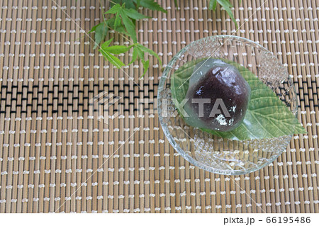 ガラスのお皿に盛られた夏の和菓子、くずざくら 66195486