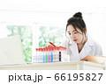 研究をする白衣の若い女性 66195827