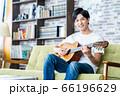 男性 ギター リビング ライフスタイル カジュアル 66196629