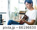 男性 ギター リビング ライフスタイル カジュアル 66196630