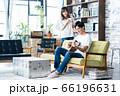 夫婦 カップル 家族 リビング ライフスタイル カジュアル 66196631