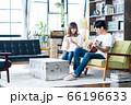 夫婦 カップル 家族 リビング ライフスタイル カジュアル 66196633