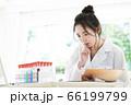 研究をする白衣の若い女性 66199799