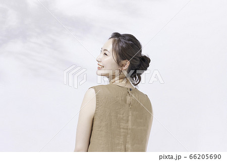 若い女性のビューティー ポートレート 66205690