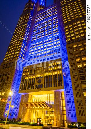 【新型コロナウィルス】医療従事者等への感謝で青くライトアップした東京都庁 66207785