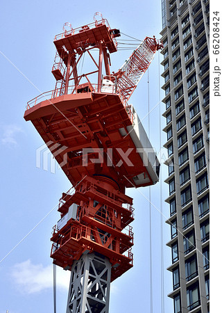高層ビル建築現場のタワークレーン 66208424