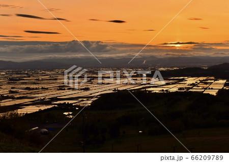 オレンジに染まる夕暮れ時の水田地帯 66209789