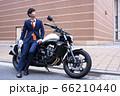 バイク通勤をするビジネスマン 66210440